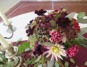 herbesfauves-fleuriste-bordeaux-mariage-wedding-bouquet-centretable-sallereception-rose-dahlia-hortensia-cosmos-chandelier