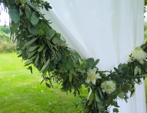 herbesfauves-fleuriste-bordeaux-mariage-wedding-ceremonie-laique-jardin-rideaux-guirlande-eucalyptus-blanc-fleur-flower-decoration-m-creation-events